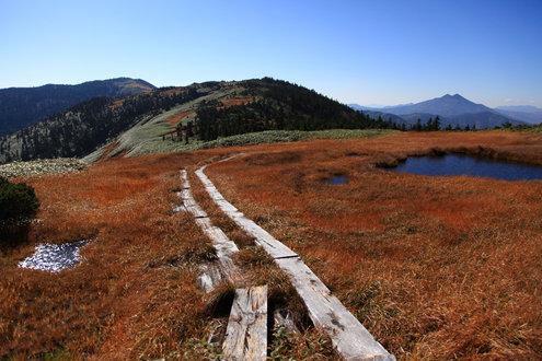 木道と池塘と遠くに燧ヶ岳