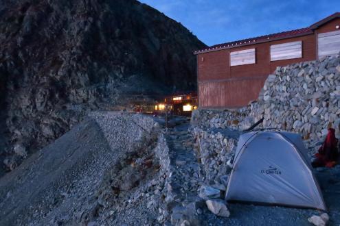 穂高岳山荘テント場の朝
